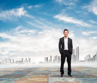Hombre de negocios feliz con paisaje urbano de fondo