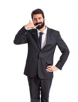 Hombre de negocios haciendo gesto de teléfono sobre fondo blanco