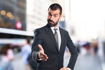 Hombre de negocios haciendo un trato sobre fondo desenfocado