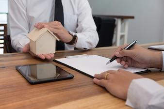 Hombre de negocios la firma de contrato haciendo un trato con agente de bienes raíces Concepto de consultor.