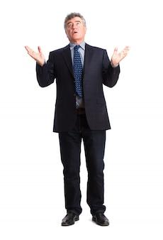 Hombre de negocios mayor mirando hacia arriba con las manos abiertas