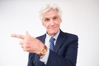 Hombre de negocios mayor sorprendida que muestra la dirección