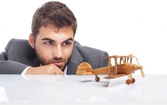 Hombre de negocios mirando su juguete de madera