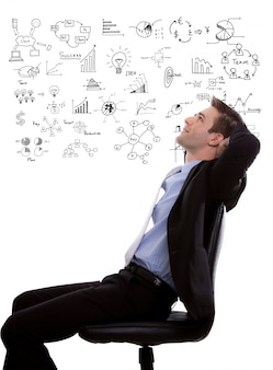 Hombre de negocios pensativo con esquemas de fondo