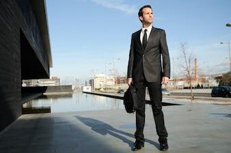 Hombre de negocios seguro esperando la reunión