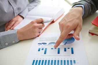 Hombre de negocios señalando un gráfico de barra