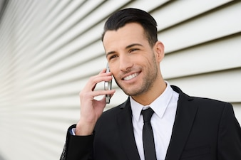 Hombre de negocios sonriente con buenas noticias