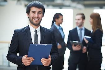 Hombre de negocios sonriente en su oficina