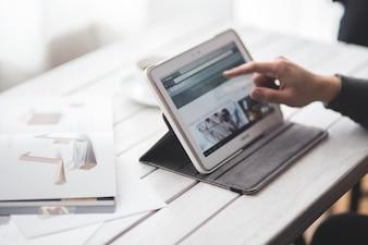 Hombre de negocios trabajando con una tableta