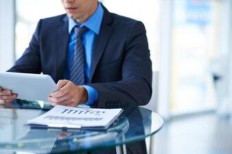 Hombre de negocios trabajando en la oficina
