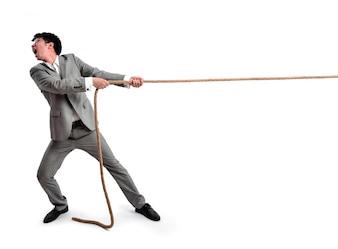 Hombre de nogocios tirando de una cuerda