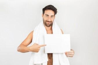 Hombre después de la ducha con pizarra