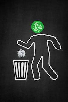 Hombre ecológico usando una papelera