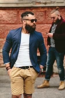 Hombre elegante con las manos en los bolsillos