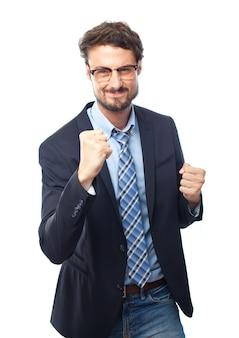 Hombre elegante con los puños delante del cuerpo