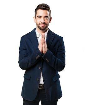 Hombre elegante rezando