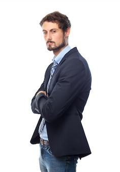 Hombre elegante serio con los brazos cruzados