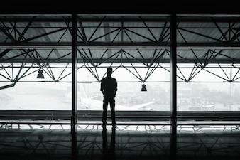 Hombre en el aeropuerto