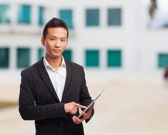 Hombre en la calle con una tablet