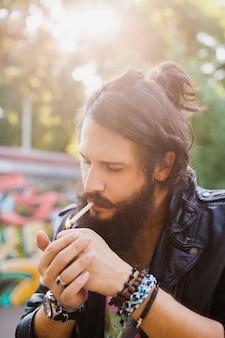 Hombre enciendo un cigarro