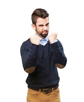 Hombre enfadado con los puños en alto