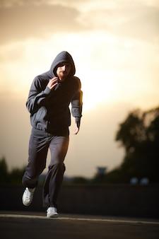 Hombre entrenando para la competición