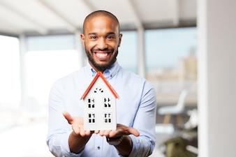 Hombre feliz con una casa