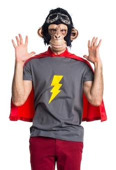 Hombre frustrado del mono del super héroe