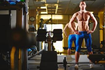 Hombre fuerte con abdominales perfectos