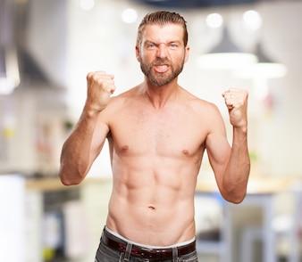 Hombre fuerte mostrando los puños