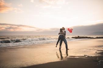 Hombre girando a su novia sobre sí misma en el aire