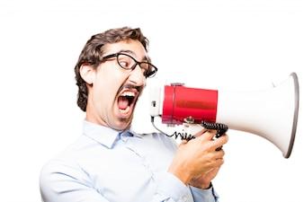 Hombre gritando a través de un megáfono