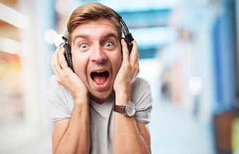 Hombre gritando con auriculares