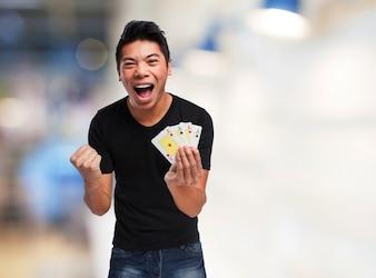 Hombre gritando con muchos billetes en una mano