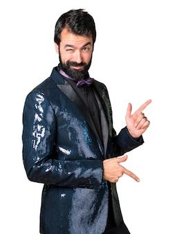 Hombre guapo con baile chaqueta de lentejuelas