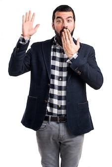 Hombre guapo haciendo gesto sorpresa