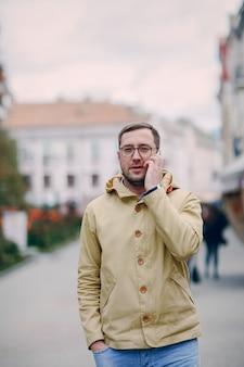Hombre hablando por el teléfono