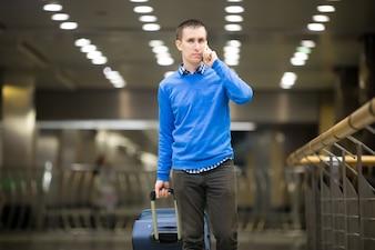 Hombre hablando por teléfono mientras camina