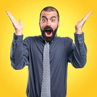 Hombre haciendo gesto de sorpresa sobre fondo de colores