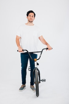 Hombre joven con bicicleta bmx