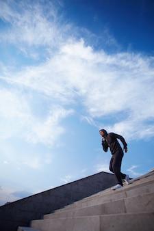 Hombre joven ejercitándose para la maratón