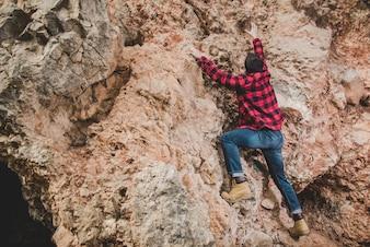 Hombre joven escalando