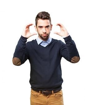 Hombre joven indicando dos tamaños