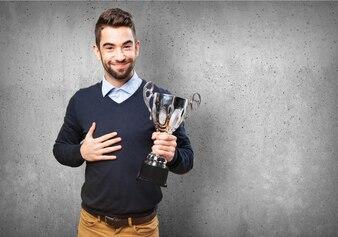 Hombre joven orgulloso mostrando su premio