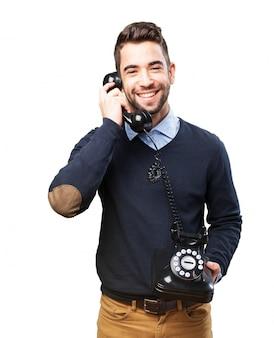 Hombre joven riendo y hablando por teléfono
