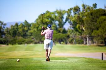 Hombre jugando a golf