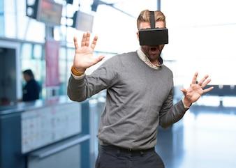 Hombre jugando a videojuegos con un casco de realidad virtual