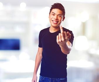 Hombre levantando dedo corazón