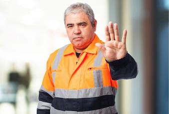 Hombre mayor con la palma levantada
