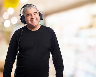 Hombre mayor feliz escuchando música